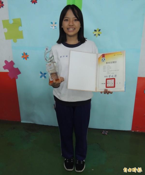 苗栗縣公館國中8年級學生黃芊瑜,奪得全國語文競賽客家話朗讀第一名殊榮。(記者張勳騰攝)
