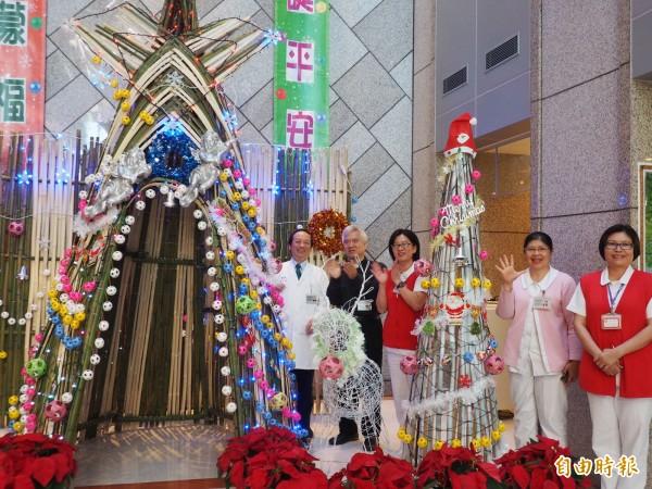 台東馬偕醫院院長王功亮(左一)、牧師潘稀祺(左二)為耶誕樹點燈。(記者王秀亭攝)
