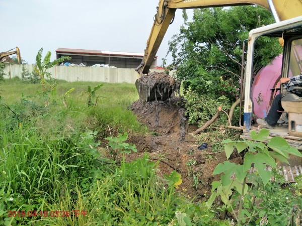 蜆仔溝滯洪池預定地今年4月試挖時,挖出大量陳年廢棄物,導致後續工程進度耽擱。(記者鄭名翔翻攝)