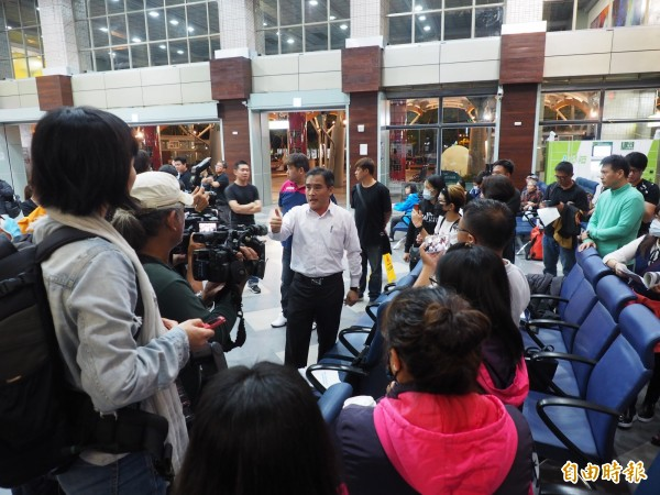 普悠瑪事故罹難者家屬憤而退席至車站大廳,並向媒體說明不滿。(記者王秀亭攝)