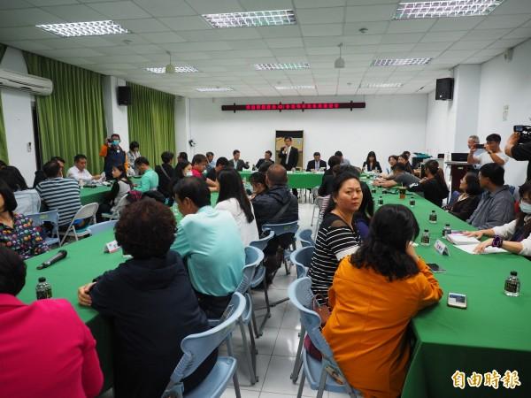 交通部與台鐵局同意媒體在會場旁聽,家屬再度回到協調會場,讓會議繼續進行。(記者王秀亭攝)
