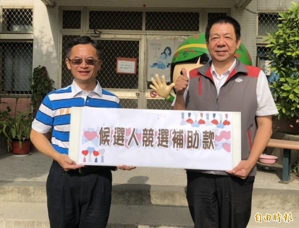 金門風獅爺童書館長郭金堡(左)將議員補助款的一半捐給金門家扶中心,由中心主任李桂平(右)代表接受。(記者吳正庭攝)