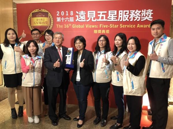 新竹縣長邱鏡淳(前左三)開心領取號稱「台灣服務業奧斯卡獎」的「1999便民服務專線」五星服務獎第1名。(圖由新竹縣府提供)