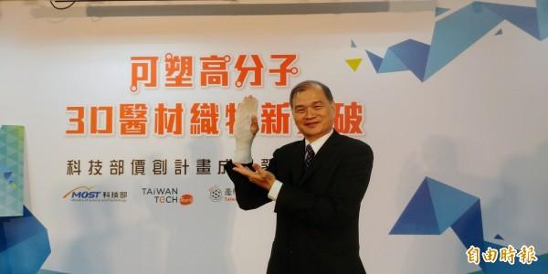國立台北科技大學教授芮祥鵬研究團隊,耗費3年的時間,3D立體織物複材。(記者簡惠茹攝)