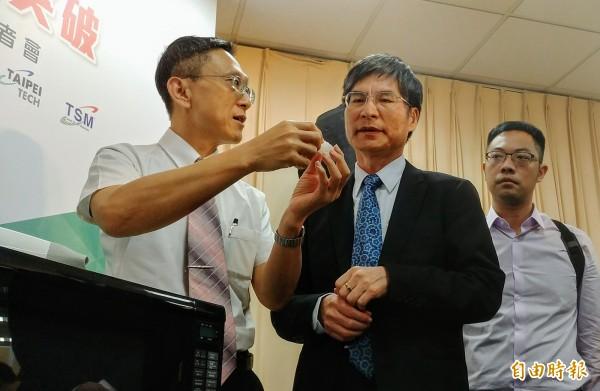國立台北科技大學教授芮祥鵬研究團隊,耗費3年的時間,研發出比石膏材質輕近6倍的3D立體織物複材。(記者簡惠茹攝)