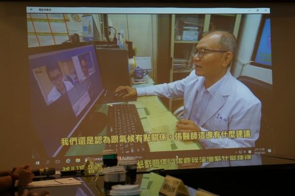 台大雲林分院的「雲林休士頓阿波羅」計畫,可透過三方視訊,為老人家作健康諮詢。(記者詹士弘翻攝)