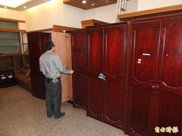 飯店客房設備更新,業者決定將可用的衣櫃等家具免費送給民眾,物盡其用。(記者佟振國攝)
