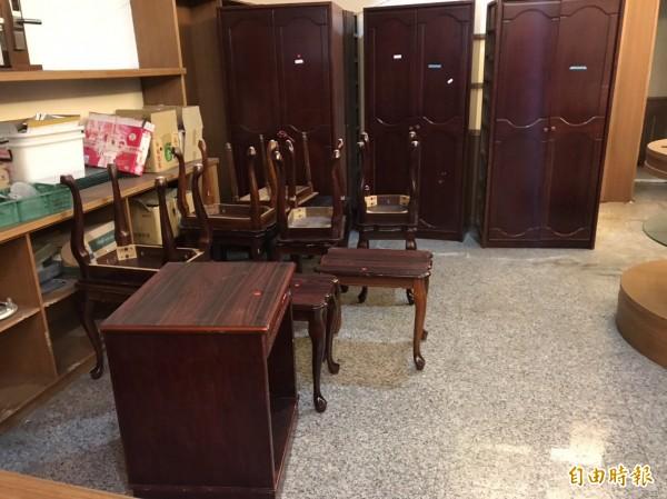 飯店替換的小型家具像是梳妝台椅及書桌等最受民眾歡迎,索取率最高。(記者佟振國攝)