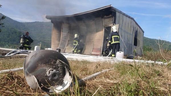 花蓮瑞穗鄉今天中午近12點一間違法瓦斯分裝場作業時突然發生瓦斯氣爆。(記者王錦義翻攝)