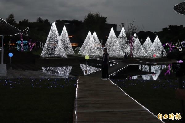 宜蘭縣政府辦理的「奇幻耶誕」燈節,確定要亮到明年春節之後。(記者林敬倫攝)