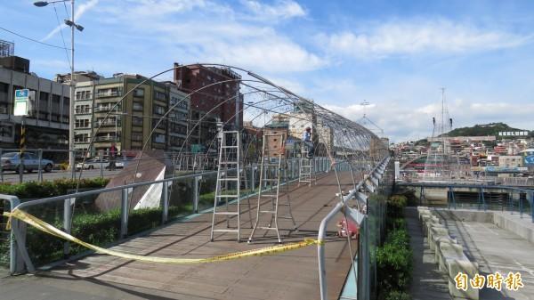 基隆海洋廣場正在施做許願橋等設施(記者盧賢秀攝)