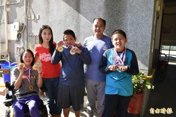 雲林特殊教育學校地板滾球隊榮獲全國冠軍及季軍,兩位小將孫銘徽(右起)、關富傑及女將陳美妤表現令人讚賞。(記者黃淑莉攝)