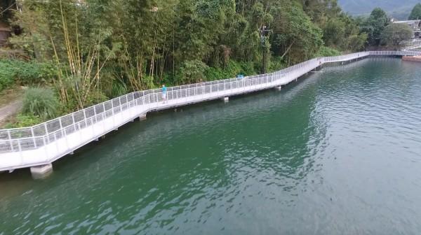 沿著邊坡設計的臨水高架棧道,讓整個步道不呆板。(桃市府觀光旅遊局提供)(記者李容萍攝)