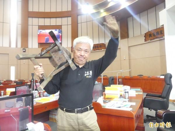 金門縣議員陳滄江帶著小板凳離開金門縣議會,準備參加立委補選,前進立法院。(記者吳正庭攝)