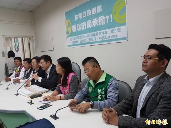 民进党立委罗致政(右4)今偕同新北市议员召开记者会。(记者谢君临摄)