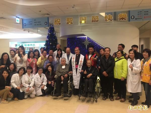 湖口仁慈醫院今天舉行耶誕點燈祈福活動。(記者黃美珠攝)