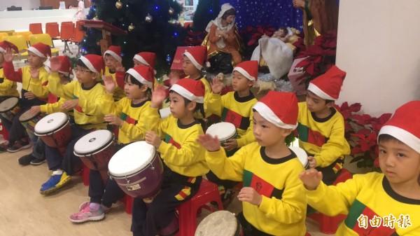 幼兒園小朋友用非洲鼓擊打出組曲,分送歡樂和祝福。(記者黃美珠攝)