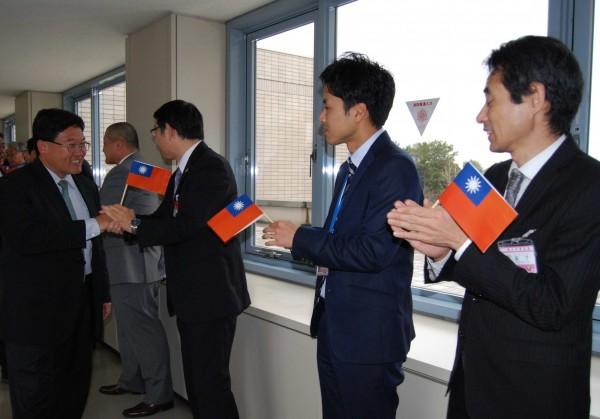 彰化市長邱建富(左1)率團赴日參訪,受到小松市役所員工持我國國旗熱烈歡迎。(記者湯世名翻攝)