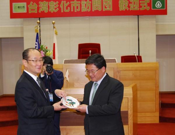 彰化市長邱建富(右)與日本小松市長和田慎司(左)互贈禮物。(記者湯世名翻攝)