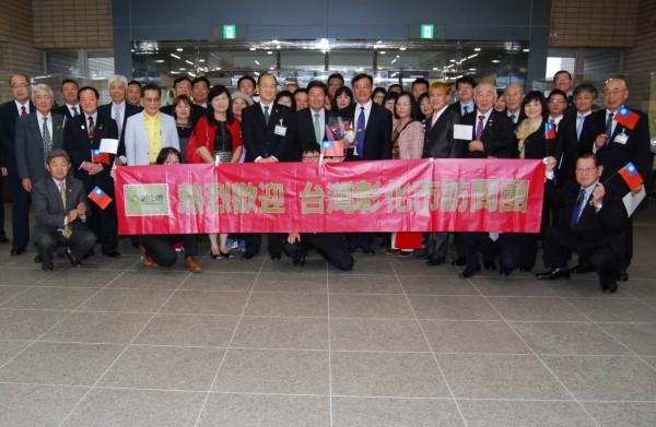 彰化市公所員工昨天到日本小松市參訪,受到小松市市役所員工熱烈歡迎。(記者湯世名翻攝)