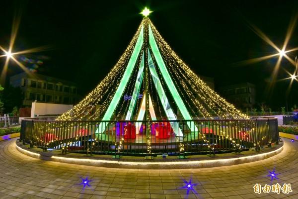 豐原葫蘆墩圳的耶誕樹,樹體以鋼骨結構、鏤空雷雕、噴漆、壓克力、光板及LED彩燈為材質,整合跨界創新的素材,傳達「人是一切的根本」理念。(記者歐素美攝)