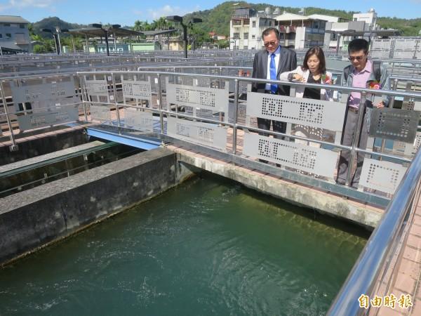 台水總經理胡南澤(左)、台水第四區管理處長蕭淑貞(中),到集集淨水場了解自來水淨化作業與環境管理作為。(記者劉濱銓攝)