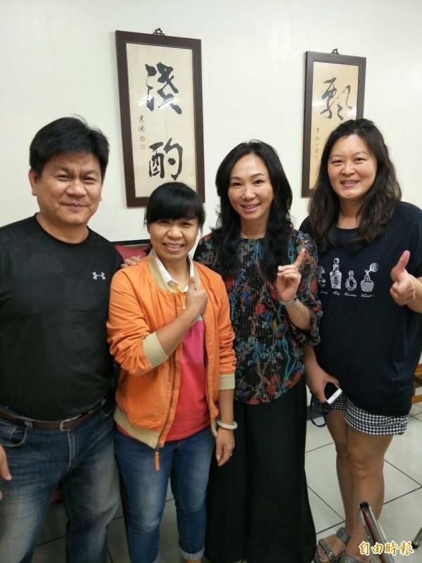 到滷肉飯店裡用餐的民眾爭相和韓國瑜的妻子李佳芬合照。(記者廖淑玲攝)