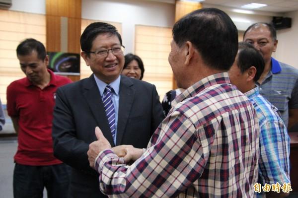 新科縣長楊文科(中)今天回到縣府接下當選證書,獲得許多支持者和舊屬歡迎。(記者黃美珠攝)