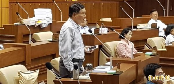 民進黨議員陳東財針對這次議員選舉旗幟懸掛問題,質問環保局處置不公,有雙重標準因人而異。(記者俞肇福攝)