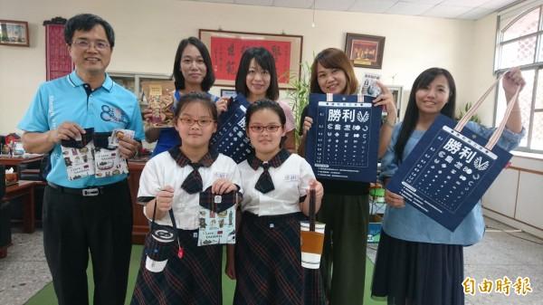 台南市東區勝利國小慶祝80週年校慶,推出多款紀念品。(記者劉婉君攝)