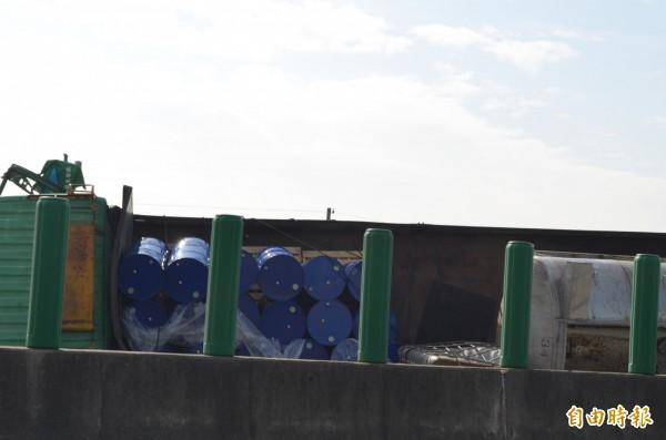 貨車載滿油桶等物品,警方全面戒備。(記者林國賢攝)