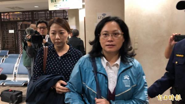 台北市政府勞動局長賴香伶(右),傷癒後今首度以告訴人身分赴北檢出庭。(記者錢利忠攝)