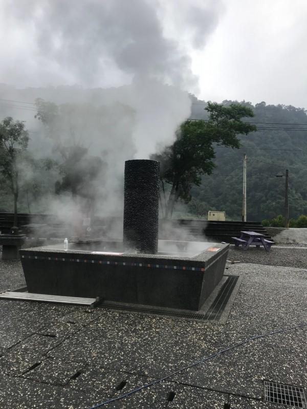 煮食池冒出白色煙霧。(記者江志雄翻攝)