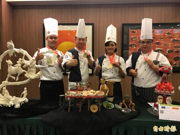 劉明福(左起)、鄭欽俊、陳怡君、謝仁宗在「盧森堡A級世界盃烹飪大賽」穿金戴銀。(記者洪臣宏攝)