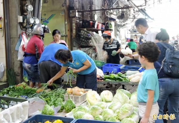 台中市11月消費者物價指數較上月下跌0.43%,主因包括蔬菜價格下跌。(記者張菁雅攝)