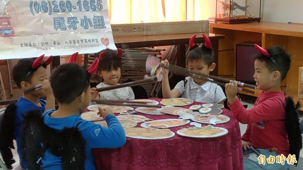 聖公會幼兒園在創世演出「天堂與地獄的長筷子」寓言故事,表達小雨伯母一家無私的付出。(記者蔡文居攝)