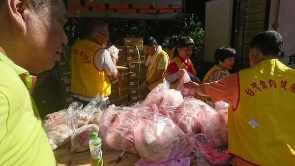 新竹市養雞協會舉辦土雞特賣會,9日在新竹市假日花市開賣,還有800份雞湯免費喝。(養雞協會提供)