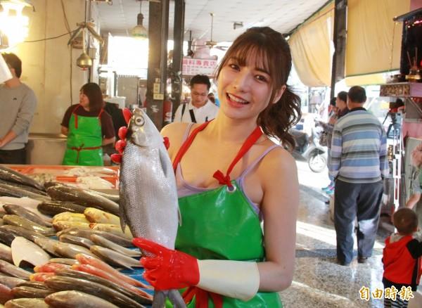 「最美魚販」阿澎在社頭菜市場幫忙家人賣魚。(記者陳冠備攝)