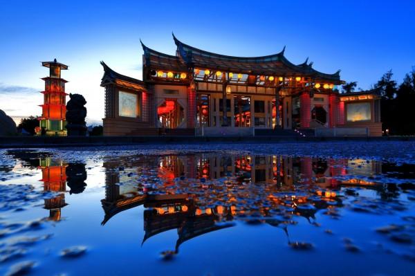 鹿港古都之美攝影比賽銀牌獎,吳坤柄所拍的玻璃廟。(鹿港鎮公所提供)