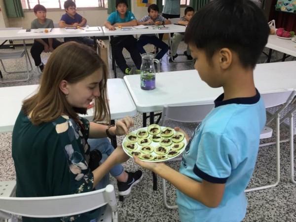 長福國小學童準備國姓鄉的水果請翁蔡文姊姊品嘗。(長福國小提供)