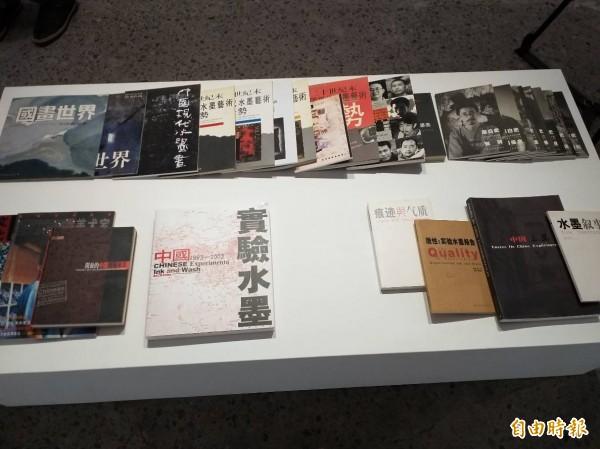 「被我們誤會的實驗水墨」展覽同步展出相關歷史文件及論述。(記者廖雪茹攝)