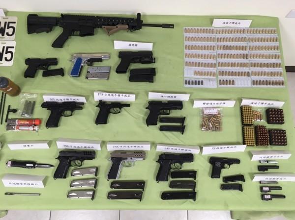 新竹縣警方追查網路販售改造槍枝案,5日和刑事局逮捕林姓夫婦等3名嫌犯,查扣總計10把改造、操作等手槍及198顆改造子彈。(記者廖雪茹翻攝)