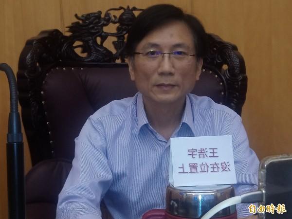 國民黨議員詹江村不僅裁示將綠黨議員王浩宇送紀律委員會,還以直播方式批評他不審預算。(記者謝武雄攝)
