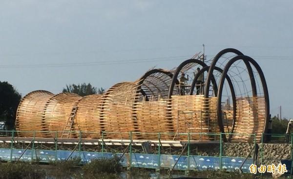 彈塗魚籠竹隧道在井仔腳自行車道終點已看出造型,工人加緊施工。(記者楊金城攝)