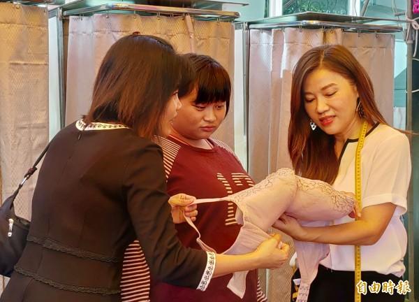 波曼妮亞品牌總監康孟珍(右)指導民眾如何挑選合適內衣。(記者陳冠備攝)