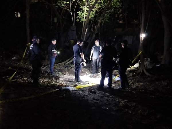警方現場開挖。(記者余衡翻攝)
