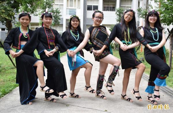 中壢家商流行服飾科成果展結合台灣卑南文化刺繡的服裝設計元素。(記者李容萍攝)