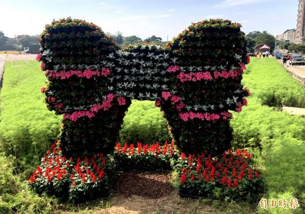 裝置藝術「情人結─蝴蝶結」,是由草花組成的大型蝴蝶結牆。(記者李容萍攝)