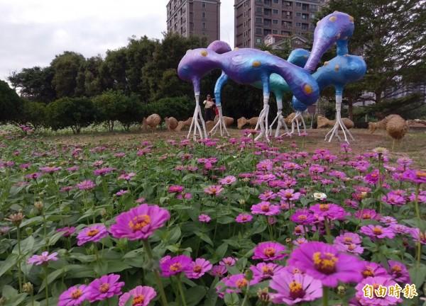 藝術家劉經倫和芭里社發展協會共同合作創作的裝置藝術「印象─雲水草間」,被花海包圍。(記者李容萍攝)