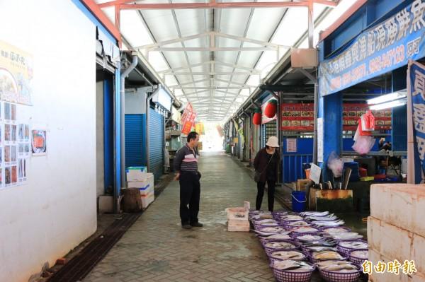 直銷中心內約50家攤商,熟食及生鮮魚貨皆有。(記者鄭名翔攝)
